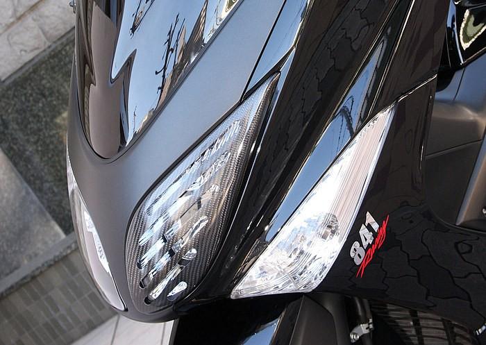 スモークのショートスクリーンをセットするフロントまわりのポイントは、ライト片側のみに装着している弥生のヘッドライトカバー。あえてスリットを追加加工することで、独特のスポーティな演出が行われている!