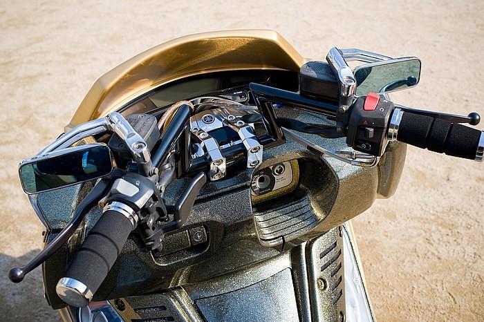 2010年度からコタニモータースがプッシュしているZバーを完備するハンドルまわり。絞り系やセパハンでは出せないこのエッジ感に注目してほしい。写真のブラック仕上げの他にステンレスバフ仕上げもある。