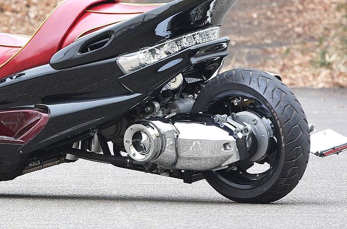 リアサスはエンジンを取り囲むようにサブフレームを組み、フレームとオフセットしたサスを繋ぐ。これでエンジンの動きをサスが吸収する仕組みだ。このようにサスを移動すれば、おのずとロンホイ量も多くできる。