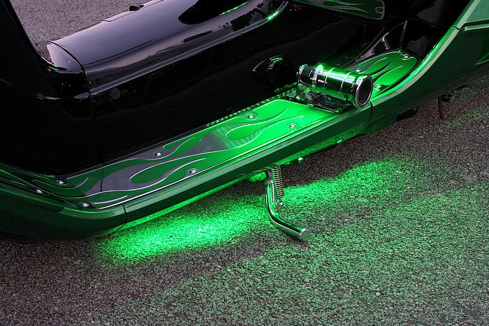 車体とのバランスを考えてステップは部分的にグリーン塗装。そんなステップまわりも夜になると緑のライティングが加わり、幻想的とも思える空間に一変! ここを照らす光源はシート内側から照射しているそうだ。
