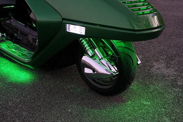 写真からは見えないが足まわりを照らす光源にもこだわり、フュージョン特有のボディ一体型Fフェンダーに、チューブ式LED用の穴を一球ずつ開け発光する。手間はかかってもテープ式より明るさ面などで有利。