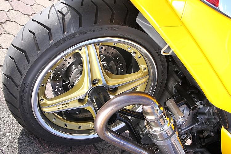 リアホイールはSSRのSP2をセット。そこにバイク用タイヤをセットしているから、見た目以上に走りやすい!  装着にあたってはaprのロンホイキットを使い、ワンオフで大掛かりなエンジンオフセット加工などを施す。