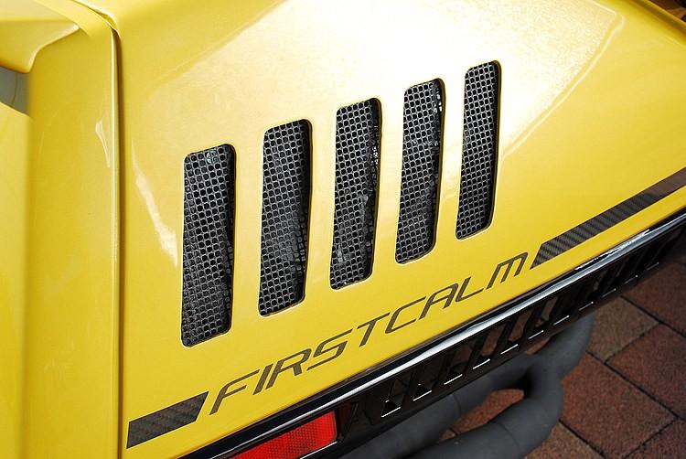 リアカウルにもダクトとメッシュを連続して施し、スピーカーを両サイドにシークレットインストール。写真ではまずわからないが、内部にはロックフォードの15cm×23cmの楕円大径スピーカーが設置される。