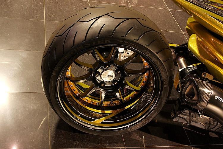 ホイールはSSRで18インチのチョイス。そこにVEE RubberのThe MONSTERをセット。タイヤ幅はなんと驚異の360を誇り、後ろから見たシルエットはスーパースポーツバイクのカスタム車を見ているかのようだ。