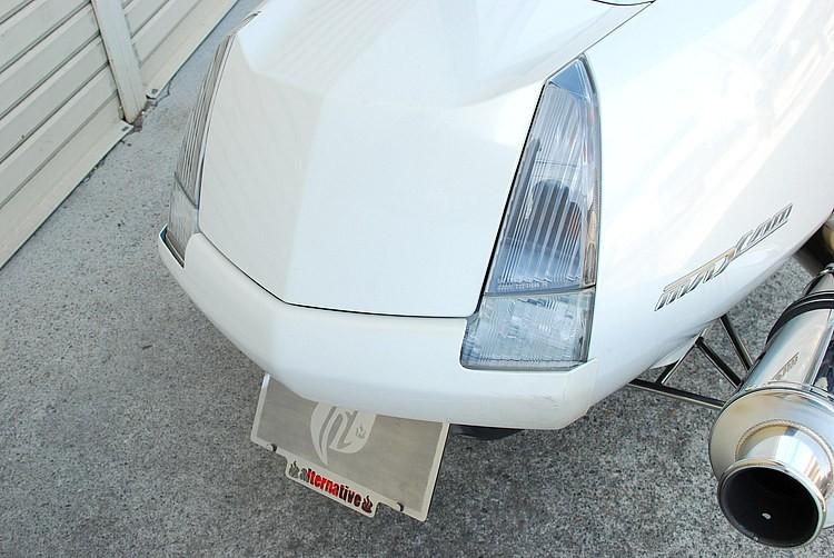 テールランプ中央を隠すようにエアロを装着。これによって走行時は一般的なマグザムとの違いがアピールできるだけでなく、左右縦型に変化したことでアメ車のようなスタイリングを獲得することに成功している。