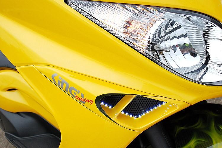 ウインカーはヘッドライト内部にオフセットし、元のウインカー部分にはカーボンダクトをセット。内部のLEDポジションやダクトのエッジ部分のカーボンを残したペイントなどひとつひとつがハイレベル!