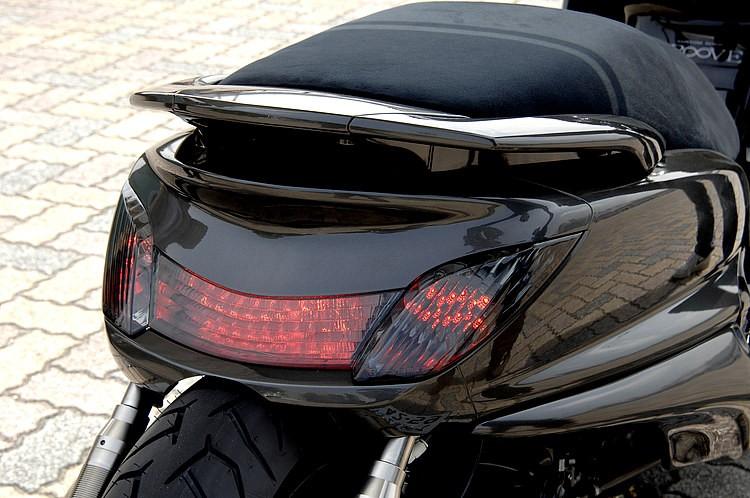 ライトやテールレンズ類は、うっすらと上品なスモークを施す。スモークの場合、濃さのチョイスが非常に重要だ。純正のウインカー部分まで赤く光るLEDテールはボスコムにオーダーしたもの。