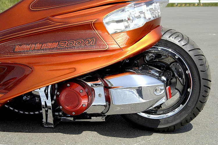 一般的なサブフレームの進化版で、ロンホイとサスを車体中央部にオフセットするのがZOOMのカスタムフレーム(プーリーケース先端付近に見える)。サスが隠れたビジュアルインパクトは絶大。装着はボルトオン。