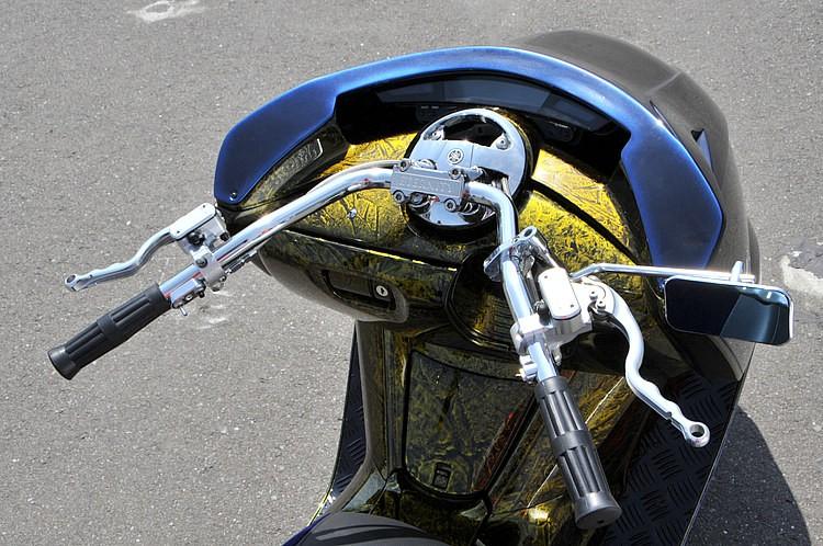 一瞬見ただけでシンプルであるとわかるハンドルまわり。スイッチボックスなどを取り払い、アメリカンバイクなどに多く見られる手法でインナースロットル化とした。またマスターなども同時に見直されている。