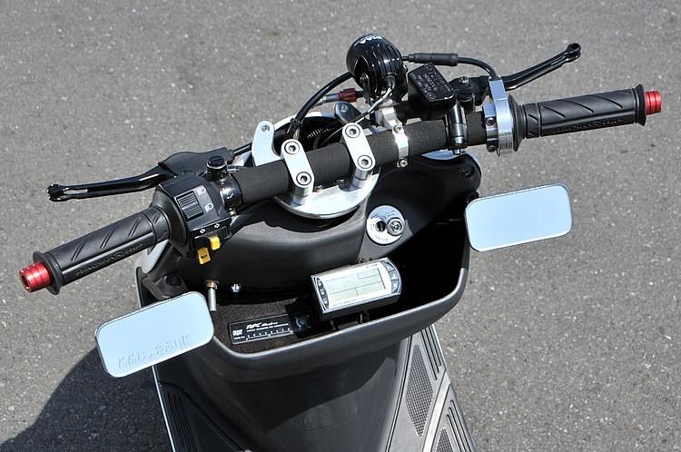 かなりの低さでセットされたバーハンに、ハイスロやaprの燃料コントローラーのほか、バーハンに伴うデジタルメーターも装備。視認性はしっかり確保していながら目立たないよう工夫しているミラー装着も◎。