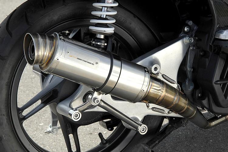 装着したオリジナルのエキゾーストシステムは、カムストックの小排気量スクーターパーツをメインに扱うラインDB-Rのラインナップ。レーシーな輪切りテーパーエキパイでトルクフルな走りを得られる。