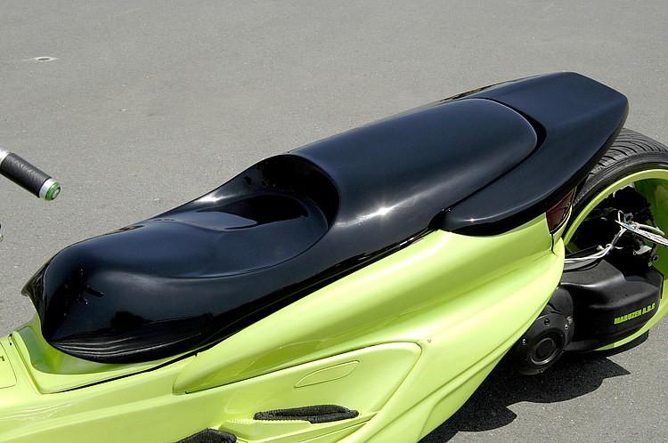シートはFRP一体型に変更。フラットタイプではなく、着座位置を窪ませた独特のロースタイルだ! フルフラットタイプに比べ窪みを設けることで着座位置が安定するため、断然乗りやすくなるのだ。