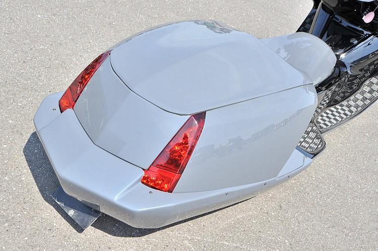 テールランプ下に装着するのはジャムのリアバンパー。他では再現できない独特のデザインがウケて、マグザム乗りに支持されるジャムの看板商品だ。アメ車を彷彿させるウインカー&テールの作り込みもさすが。