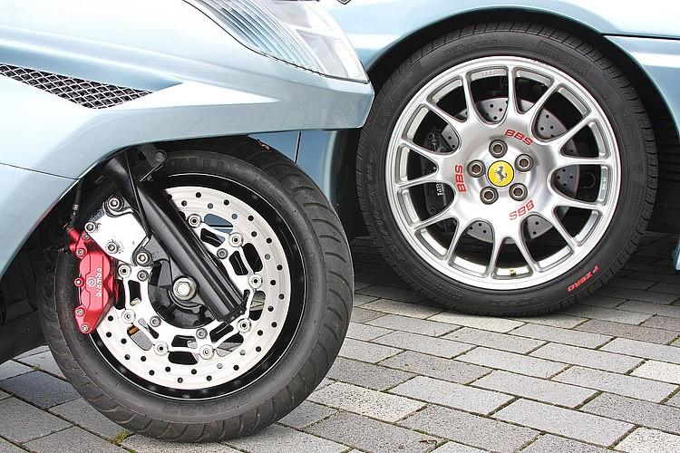ブレーキもドリルド(穴あき)タイプの大径に変更し、スーパーカーのハイパフォーマンスなブレーキまわりをイメージ。マジェスティCの12インチホイールにスワップし、マジェ用の大径ローターをチョイスした。