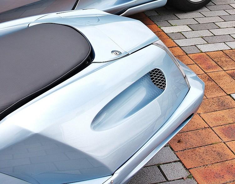 フェラーリ360モデナのサイドにあるダクトをマグザムのリアカウルサイドで表現。形状も似せているが、もちろんマグザムに合ったデザインを狙っている。大きさも形も全く違う乗り物の夢のコラボといえよう。