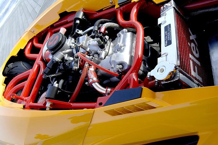 リアサスのリジット化と、エンジン搭載位置まで見直すことで、走れる極限の低さを追求して造られたフレームワーク。フレームに手を入れるハードカスタムだからこその低さのバランスは必見といえよう。
