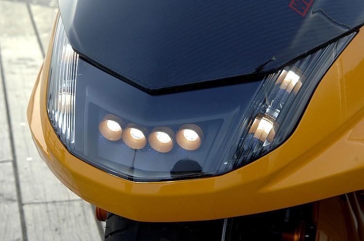 ヘッドライトにはショーケースが取り扱うハイパワーLEDを8灯仕込んである。3Wだがヘッドライトとして充分な光量を確保しつつ、オリジナルリレーを使用して、ヘッドライトのリレー点灯も可能にしている。