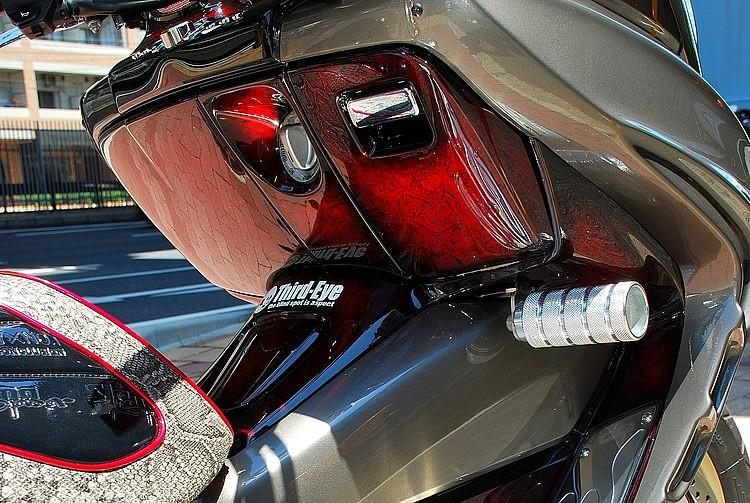 一風変わった純正色チタニウムメタリックグレーカラーの美しさはそのままに、インナーは赤のラップ塗装でカスタム感+高級感がアップ。いずれもペイントを担当したのは兵庫ペイントショップのサードアイだ。