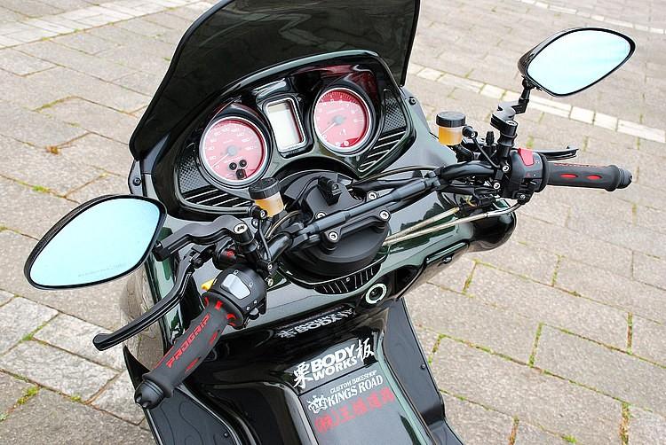 ハンドルはオリジナルのダークバー。そこにオフセットミラーステー(スクリーンに当たらないように計算された機能部品)を介してカーボンミラーを装着したレーシーさが特徴。もちろんブレーキはラジアルポンプ!