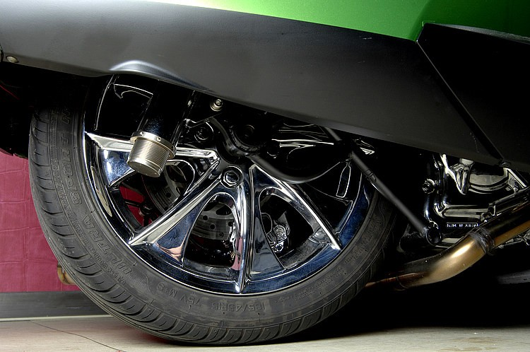 スイングアームをワンオフ加工することで、マグザムエンジンのまま、リアも驚異の15インチホイール化に成功! エアサス装着で停車時はほぼ隠れてしまうディテールになってしまうが、この存在感はヤバイ!!