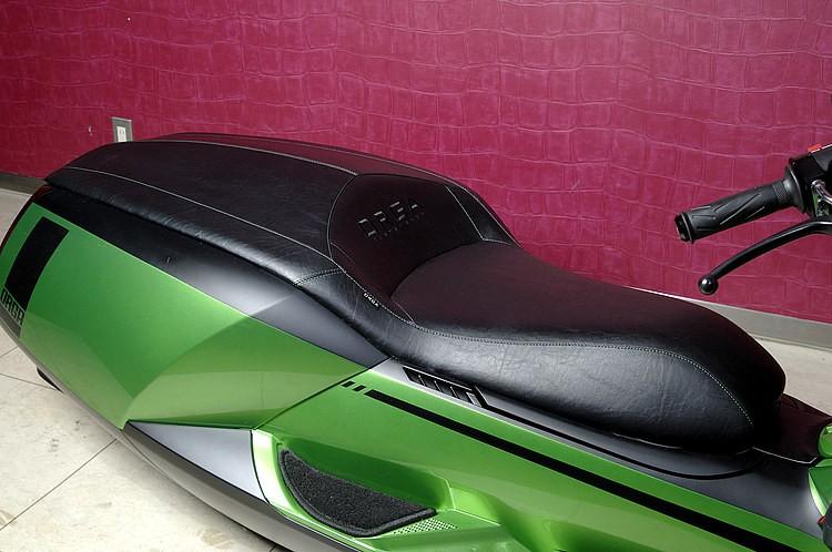 ペイントで魅せる場合が多いFRPシートを、ORGAはここもレザー張り(ステッチはボディ同色の緑)。乗り心地の観点から内部には厚めのスポンジを敷くなど、見た目と機能性が両立していることもポイントだ。