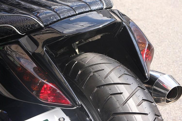 乗車中のクリアランス確保の目的で、純正テールランプは綺麗にスムージング&移設。テールの移設先は純正のウインカー内下部に。見た目はハーレーの最新モデルが採用するウインカー&テール一体型風!?