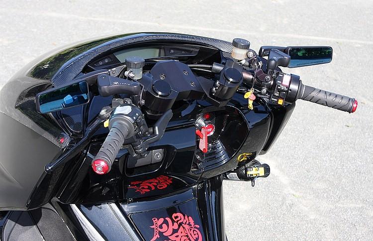エンジンを始動する際はレーシングカーさながらの赤いイグニッションキーを回し、プッシュボタンスタート方式。これも同店のアイテムだ。そんなアイテムとセパハンが組み合わされば極上のスポーティ仕様に。