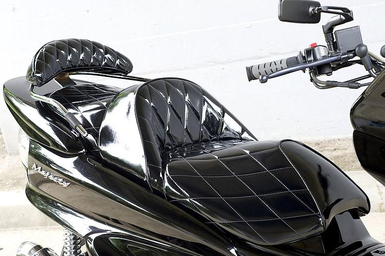 ブラックのボディにはやっぱりエナメルブラックが最強のマッチング。光沢あるインナーペイントした車両との相性も良く、シート張替えで素材に悩んだら、エナメルのチョイスは今でも不動の人気なのだ。
