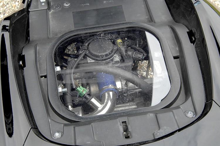 極低車高&ロンホイの加工により、通常は薄型の荷物が収納できる写真のトランクスペースは、そのままだと内部と干渉してしまう。そこでかさ上げすると同時に、アピール効果の高いスケルトン仕様へと大胆変更。