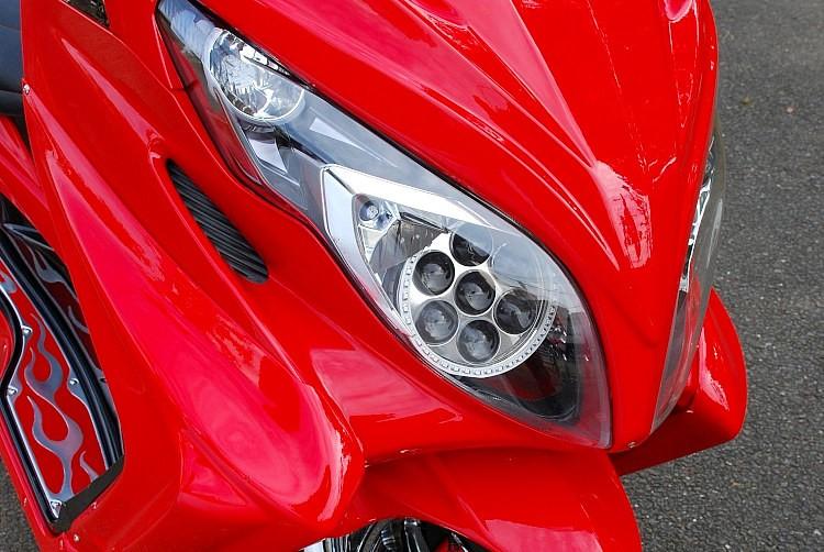 もともとの純正カラーだった赤色も、フルエアロ効果でそうはまったく感じさせない存在感が自慢。車両オーナーがDIYで取り付けしたという両目に埋め込まれた通称ガトリングライトもスタイリングの決め手!