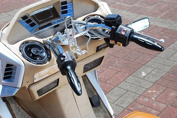 オーディオがキモとなる魅せるインナーは、ロックフォードの10cmスピーカーを装着するための造形をプラスしている。グローブボックスに窓を付け、製作に携わったショップロゴを入れた一工夫も新鮮!