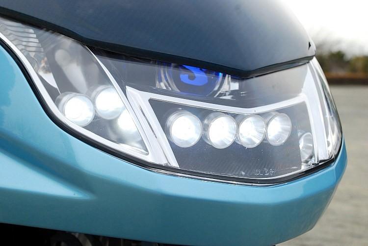数次第ではHIDに匹敵するほどの明るさが自慢のオリジナルハイパワーLEDを合計6発セット。LEDの特性を活かして、ストロボ調や流れる発光など、様々な点灯パターンを盛り込んでいることもポイント!