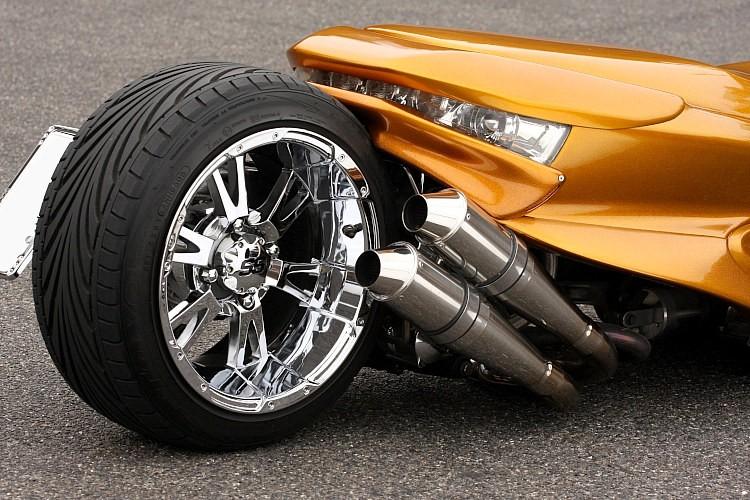 エンジンはスカブ用エンジンに換装し、四輪ホイールをセット。これがマジェなどに行うエンジン載せ替えの最大のメリットだ。またリンク式サスに仕様変更するため、過激なロンホイができるのもメリット。