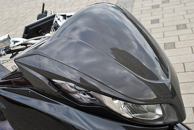 ETRNITYのチョップフェイスのカーボンバージョンをセレクト。チョップフェイスをメジャーにした同ショップのデザインセンスが光るアイテム。ブラックとせず、カーボンを取り入れた大人ゴコロにも注目!