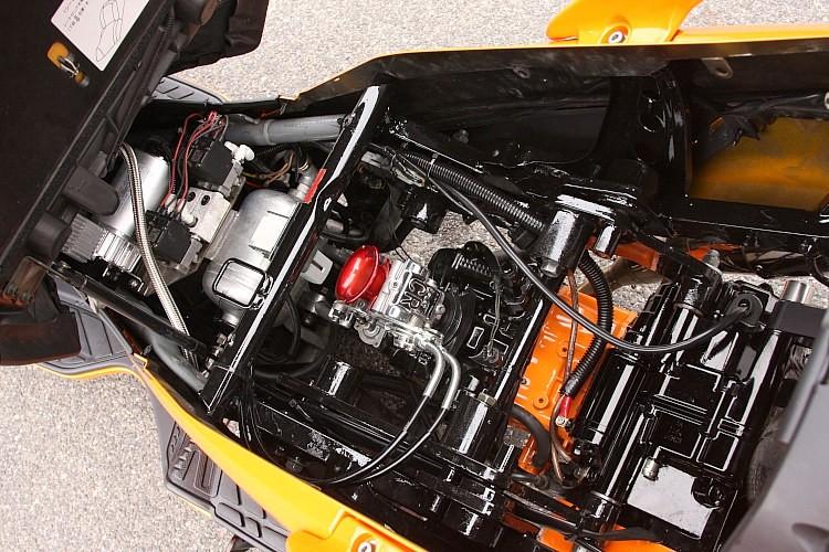 エンジンはFIからキャブに仕様変更され、エアサスの制御パーツも美しくセット。また外から見えない内部のフレームすらペイントしてこだわるなど、フレームワークにおける自信の表れすら感じ取れる内容だ。