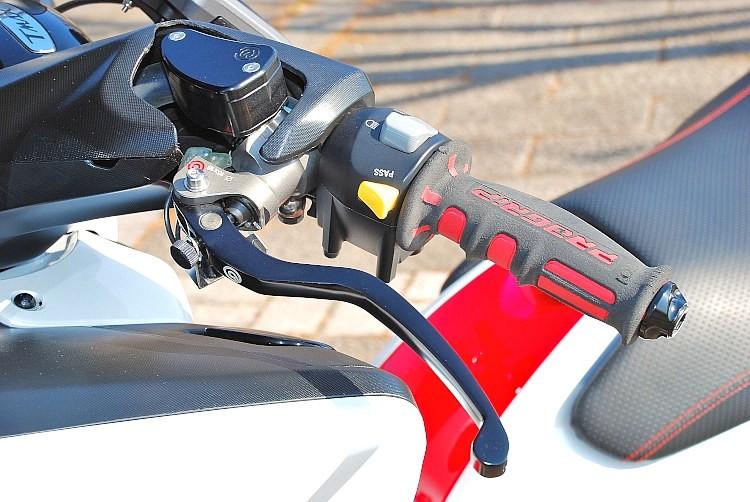 bremboのラジアルポンプマスターシリンダーにビレットのタンクをセット。純正ハンドルカバーにはこのスタイルが良く似合う。前後とも大径ローターとし、レーシングのbremboキャリパー追加の足まわりも◎。