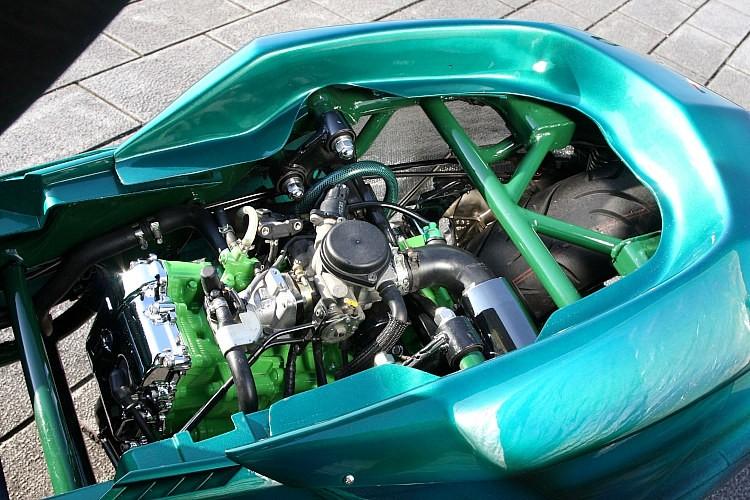リアまわりのフレームは13cmロングに設定されたワンオフ。フレームやエンジンのシリンダーにまでペイントを施し、さらにはエンジンヘッドをメッキにするなど、見えない部分のオシャレも徹底している。