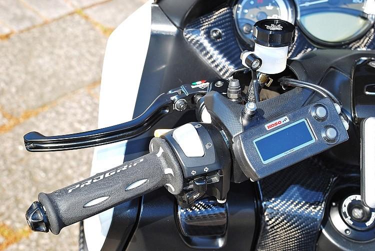 ハンドルまわりは純正をベースとしたカバードタイプ。そこに0-100mのタイム計測も可能なKOSOのマルチメーターやブレンボのRCSマスターシリンダーなどを配置。レーサーゆずりの完璧なフィニッシュ!