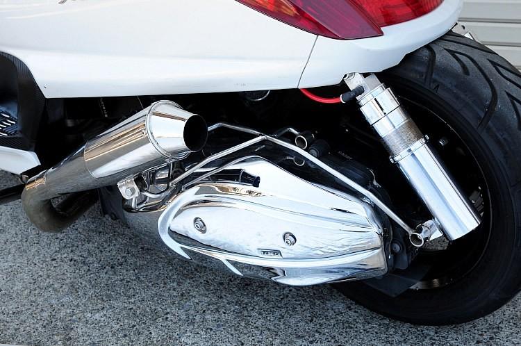 マフラーは左右2本出しなので、左側にもセットされる。ワンオフでしか叶わないワザもそのまま装着された状態で乗り出せるのは、カスタム中古車の特権。このマフラーが付いているだけでも相当なお得感!!