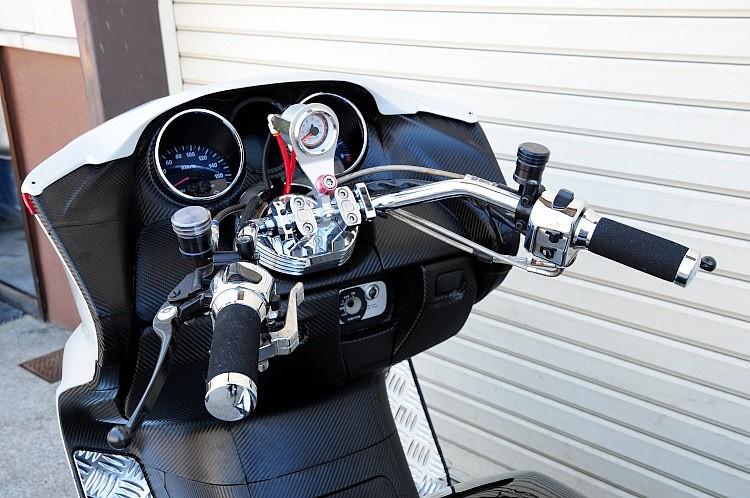 ハンドルバーはシボリの効いたオルタネイティブのオリジナル品を装備。センター部分にマウントされているのはエアサスの空気圧計だ。マスターシリンダーは別体タイプで、リジットマスタータンクも装備!