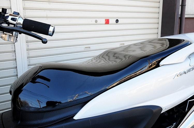 グランドマジェスティでは珍しいフラットシートベース化もポイント。車高とシートの相乗効果から、見た目の低さは圧巻。エナメルで張り替えられているので、シート単品でもゴージャスな質感を味わえるだろう。