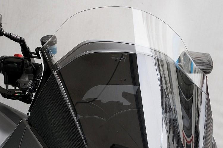 スクリーンは純正をカットしショート化した。ミラーをハンドルにオフセットしているため開いてしまったミラー取り付け穴を埋めてから、カーボンプロテクト加工を追加して、メリハリを効かせている。