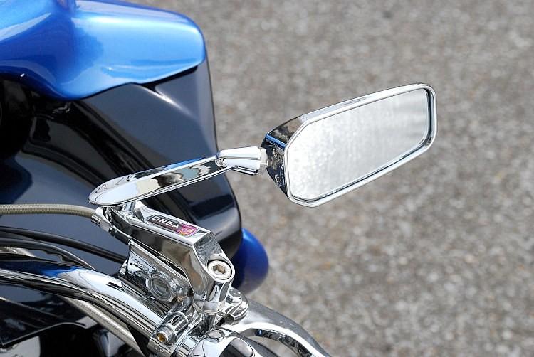 ミラーメーカーのタナックスとコラボレートにより生まれたこのミラーは、メッキアームに専用ロゴが入ったのがオルガ専売モデルの証。低い取り付けを可能にしながらも後方の視界もバッチリ確保する優れもの。