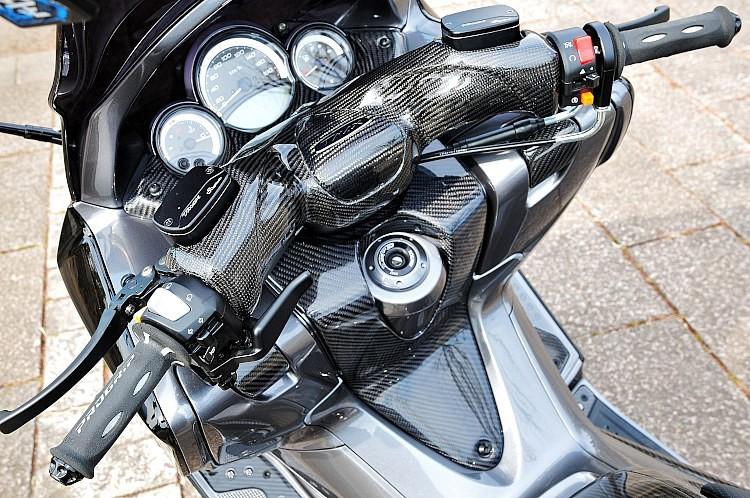 ブレーキレバーは、純正のマスターシリンダーにそのまま装着できるLighTech製。アジャスト機能も備わるのが嬉しい。ハンドルカバーにもカーボンプロテクトを施工し、ゴージャスさとレーシーさがプラス!
