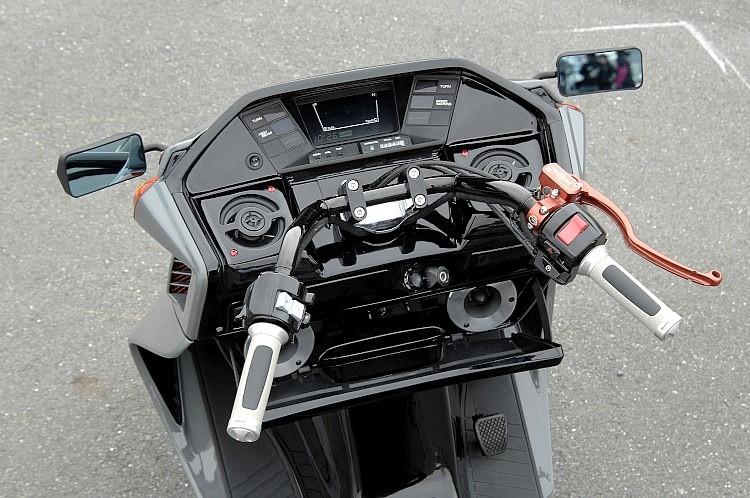ハンドルまわりには高性能なブレーキシステムと、独自のチョイスが光るスピーカーが備わる。スペース的な制約が多い車種ながら、プロに託すことで最強のオーディオマイスターへの突破口が開けるはず。
