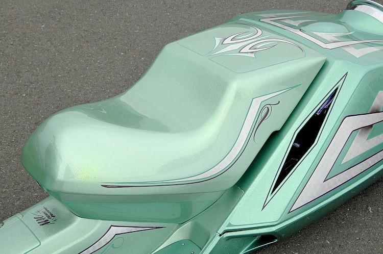 シートもFRPで成型されているが、純正らしい雰囲気はそのまま残してペイントによるフィニッシュとした。ダイヤ柄にカットされた外装からは、カスタムペイント処理のフレームもちらっと顔をのぞかせている。
