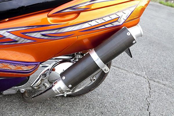 試作1号のギャンタマフラーはカーボンサイレンサーを使用していた。スカイウェイブにおける左出しマフラーが流行ったのもこの車両からとい言って良いだろう。右にあるべきモノが左に移設されるインパクトは強烈だ。