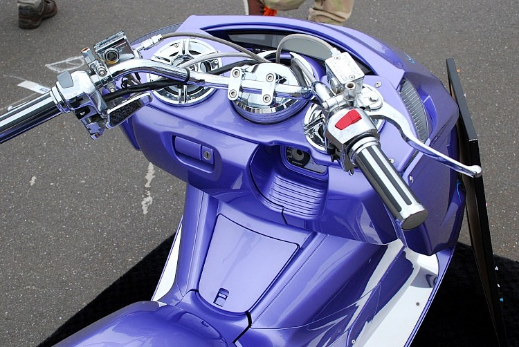 ハンドルまわりはスクーターカスタム王道のフルクロームメッキ仕上げ。メッシュホースに変更するなど、パーツ交換のハードルが高い部分も含めてクロームを徹底。製作者側の気配りが感じとれるはず。
