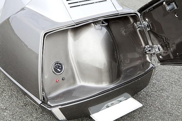 トランクは観音開きに変更し、トランク内部までもドレスアップとして魅せられるよう工夫している。左側にあるメーターは電圧計で、ショーバイクを前提にしているため、電源供給のジャックも合わせて装備する。