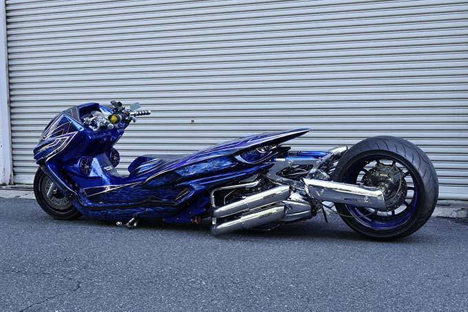 ヤマハのマジェスティをベースに製作されたビッグスクーターカスタム「360/18インチで武装した伝説の青マジェ」の02画像